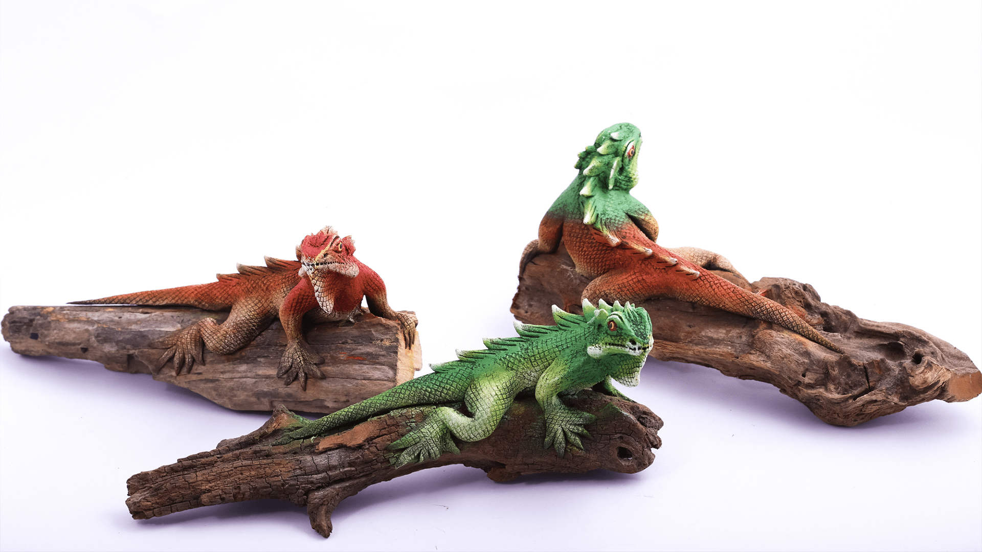 Iguana figurines and handicrafts made from sawdust