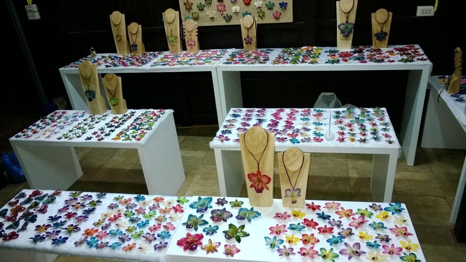 How to display real flower jewelry in your showroom