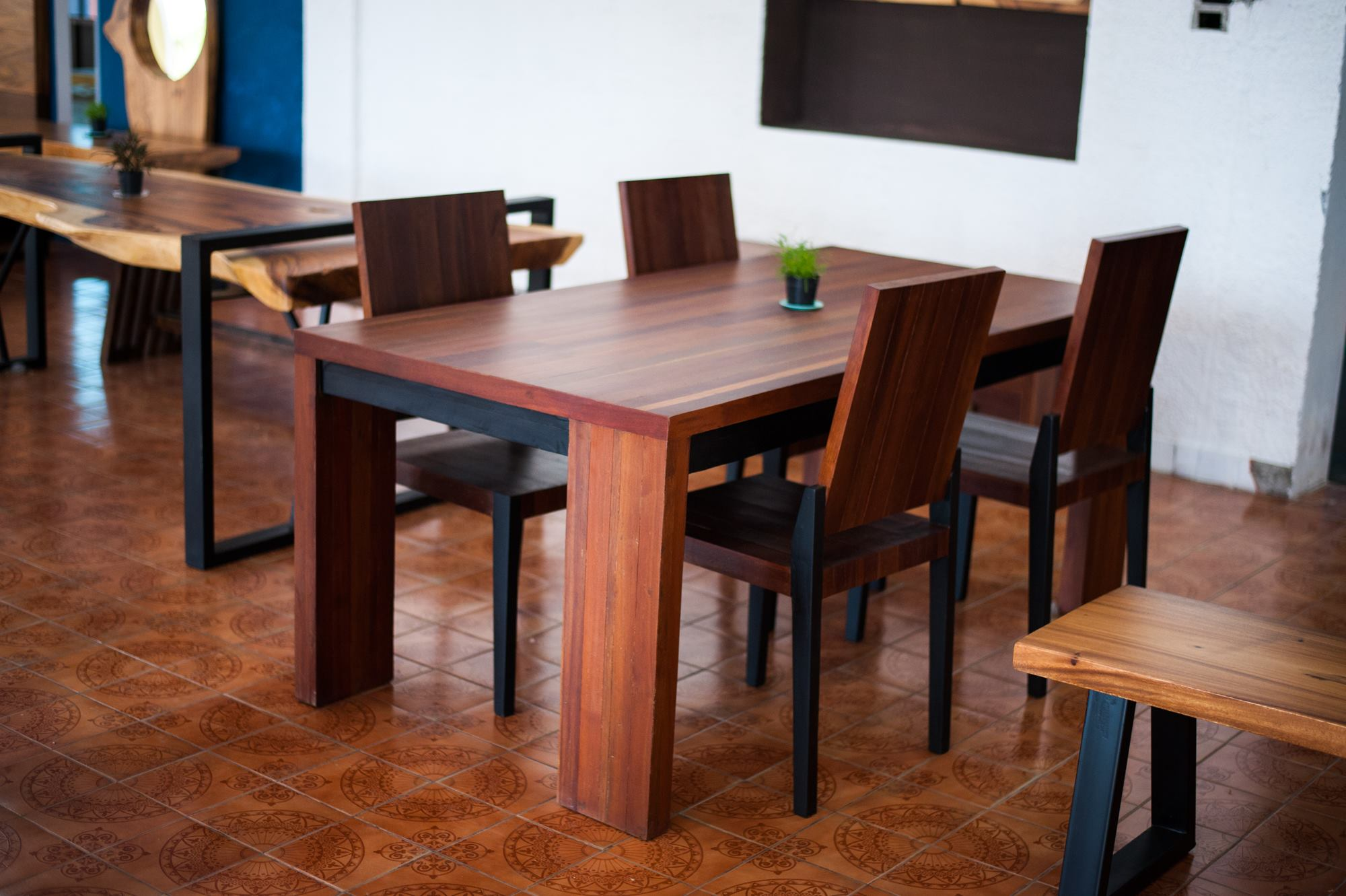Set suar wood dining table and chairs