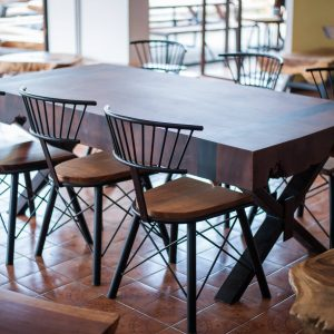 Set suar wood dining table and chairs with dark color